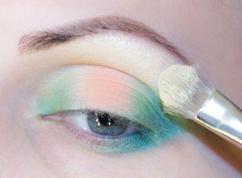 Макияж для глаз из разноцветных теней